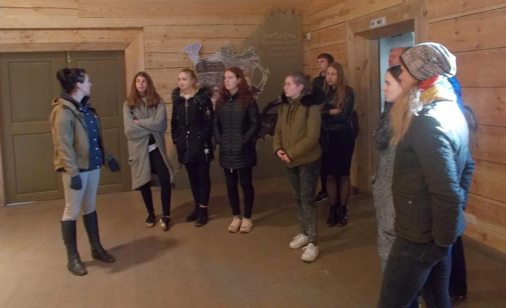 Žirgininkystės verslo darbuotojo specialybės mokinių pamoka Kurtuvėnų regioninio parko žirgyne