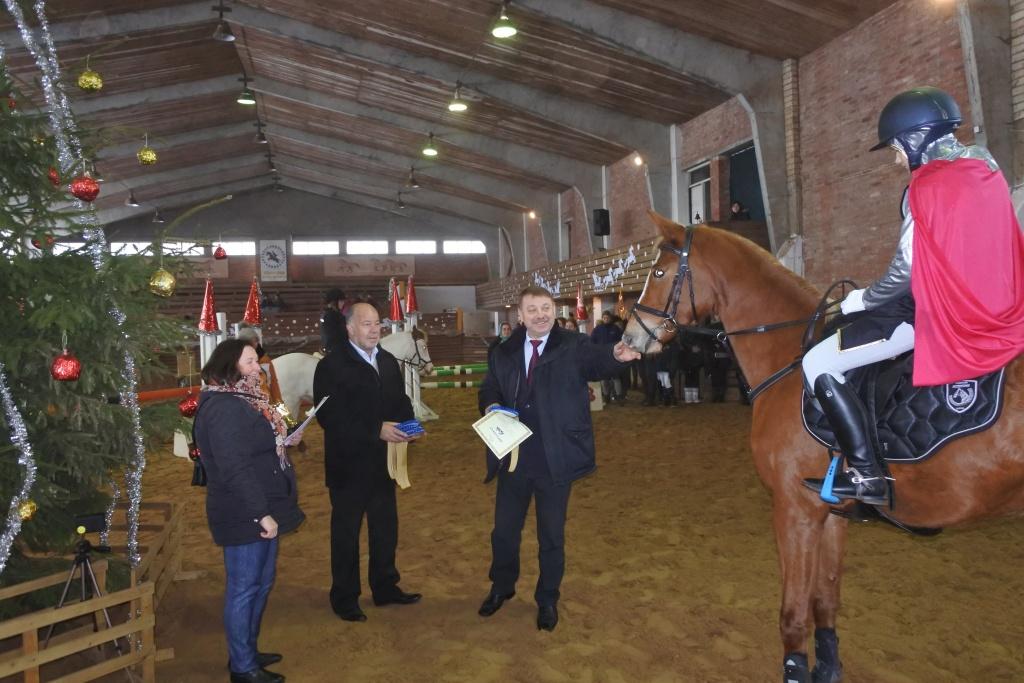 """Žirgų mylėtojai savo jėgas išbandė """"Kalėdinės taurės"""" varžybose"""