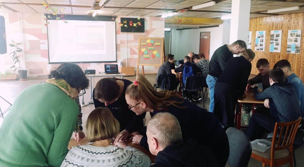 """Mokiniai ir mokytojai išbandė jėgas konkurse """"Mylime Lietuvą"""""""